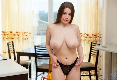 Alice Wayne - Young & Busty [2021 | FullHD]